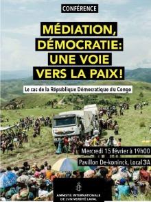 Affiche sur fond d'une photo d'un camion blanc dans la brousse africaine, entouré de gens réfugiés. Logo d'AI (chandelle entourée de fil barbelé)