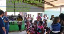 Photo d'une foule de femmes africaines et d'une conférencière jeune et souriante portant des vêtements de médecin. Les femmes sont manifestement heureuses d'assister. Texte: L'expérience terrain - Le point de vue d'experts - L'apport du public.