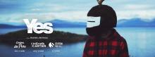 Bannière sur fond d'un grand fleuve bleu, avec une petite île et des montagnes au loin. Un homme en chemise de laine carreautée rouge et noir et porte un étrange casque de moto velu surmonté de bois ressemblant à un cerf.