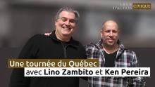Affiche : Lino (cheveux gris, assez grand) et Ken (chauvre, plus petit), bras dessous bras dessus, souriants au grand air. Une tournée du Québec - Ligue d'action civique.