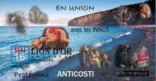 Bannière web : photo d'eau très bleue de plage ; terre rocheuse en angle sur Anticosti. Photos superposées et floues des artistes.