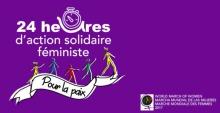Affichette sur fond mauve uni : cinq petits personnages marchent en fil sur une banderole blanche « Pour la paix ». La lettre u est remplacée par un dessin rustique d'horlage dans « 24 heures d'action solidaire féministe ». - World March of Women - Marcha mundial de la mujeres - Marche mondiale des femmess