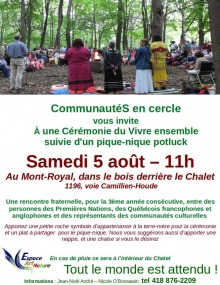 Affiche détaillée sur fond blanc : photo, dans une forêt, d'une quarantaine de personnes en cercle.  Quatre femmes sont debouts, avec des habits souvent autochtones.