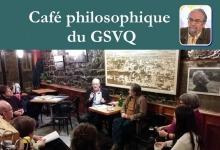 Affichette : photo de M. Senécal, le long d'un mur de pierre dans le resto-café en question. Des gens sont assis autour.