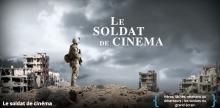 Affiche : un soldat, en habit moderne de style américain, se tient sur une colline surplombant une ville en ruine. Un épais nuage blanc et noir à l'horizon. « Héros, lâches, vétérans ou déserteurs : les soldats du grand écran ».