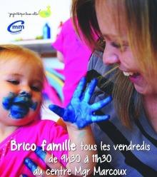 Affiche : photo d'une enfant la main et bouche couverte de « peinture » bleue, amusée. Sa mère aussi rigole.