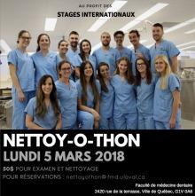 Affichette sur fond d'une photo des 18 étudiant.es, surtout de jeunes femmes, tous/toutes en habit bleu pâle similiaire aux infirmières. « Au profit des stages internationaux »