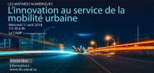 Affiche : autoroute la nuit, la lumière de véhicules passants a été captées par l'appareil photo, dessinant donc de longues lignes lumineuses.