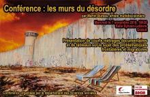 Affiche : photo du mur de béton érigé par Israël, avec une tour de garde. Le ciel est rouge. Deux sièges de patio (d'été) sont placés devant le mur.