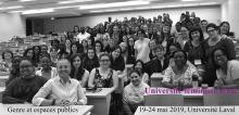 Affichette sur fond d'une photo du groupe 2018 : grande salle de classe du pavillon De-Konick remplie de femmes et aussi de quelques hommes, avec une grande diversité de styles et couleurs. « Genre et espaces publics »