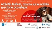Affiche horizontale sur fond orange vif. Photo de Martin Deschamps, souriant, lunettes de soleil, bandeau brun tenant ses cheveux. « Activités festives, marche sur la mobilité, spectacle acoustique »