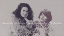 Affichette sur fond gris nuageux : l'actrice regarde tendrement Pauline Julien qui est ajoutée à ses côtés.