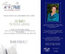 Affiche carrée : photo de l'auteure (cheveux bruns courts, chemise ample bleu-vert). Logo AMIE. Info transcrite dans cette annonce.