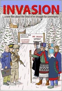 Affiche du film : dessin de trois blancs - policier, soldat armé et vieux corporatiste - et cinq autochtones en vêtements colorés traditionnels. Un tend un bâton de marche gravé comme un totem. Derrière, sapins blancs et route.