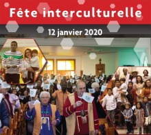 Affiche : photos de « mini-défilé » de gens accueillis dans une église, dont deux hommes au devant vêtu avec des symboles autochtones ; famille qui semble d'origine arabe, probablement syrienne ; grand famille latino-américaine souriante dont six enfants. L'affiche a été un peu réduite.