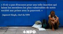 Affichette horizontale sur fond d'une photo d'un homme un peu barbu, nu-pieds, qui semble itinérant, lissant un livre, avec un sac-à-dos et quelques objets, accoté contre un mur extérieur bleu. « Il n'y a pas d'excuses pour une telle inaction... - Jagmeet Singh, chef du NPD »