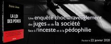 Bannière horizontale sur fond noir : miniature du livre ; photo des pieds d'un enfants et son ombre ; « Une enquête choc sur l'aveuglement des juges et de la société face à l'inceste et à la pédophilie ».