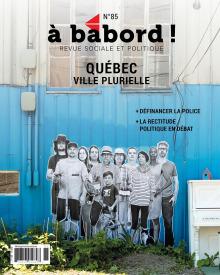 Affiche : sur un mur peint bleu ciel derrière un domicile, une photo noir/blanc d'une dizaine de personnes est imprégnée. Il y a aussi un piano blanc deshors.
