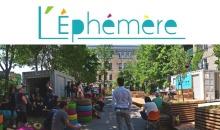 Photo de l'édition 2017 au soleil : des pneux sont peinturés de couleurs vives ; une trentaine de personnes regardent une prestation (non visible dans la photo) ; la ruelle est jonchée de plusieurs grands arbres verts et de bacs en bois bruns.