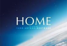 Affichette du film : photo de l'espace de l'horizon de la planète Terre. Le mot HOME en grandes lettres blanches.