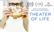 Affiche : un homme à lunettes noires, veste blanche, tient devant son visage un pain rond qui tient serré entre ses dix doigts. « What if food waste could feed the hungry ? »  Logos de trois prix cinéamatographiques.