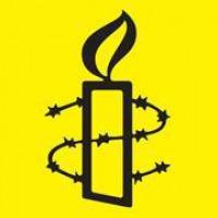 Logo d'AI : dessin d'une chandelle entourée d'une fil de barbelé. Dessiné avec un trait noir.