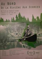 Affiche : contour vert, dessiné, d'une forêt de sapins. Dessin à partir d'une photo d'un homme en canot, chemise carreautée, casquette, entouré d'un paysage boréal naturel. Sélection du Festival de cinéma de la Ville de Québec.