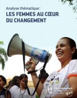 Page couverture du rapport : une jeune femme en rires, tenant un porte-voix.  Des femmes assistent à côté : semblent latino-américaines. Ciel bleu clair.
