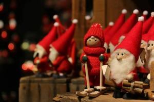 Photo : des petits personnages artisanaux, beaux, de style gnomes, c'est-à-dire bonnets rouges, grandes barbes blanches, ainsi qu'une petite skieuse à tuque rouge.