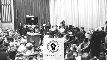 Photo tirée du film : assemblée pleine de gens dans une salle auditorium. À l'avant, un homme à la peau foncé parle au podium. Autour, à l'avant aussi, de nombreuses personnes à la peau foncée sont assises.