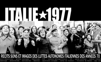 Affiche horizontale sur fond d'une photo d'époque d'une vingtaine de femmes, qui se tiennent coude-à-coude, visiblement en criant, enjouées et contestataires, mais d'âges et de styles variés. « récits sons et images des luttes autonomes italiennes des années 70 ...»