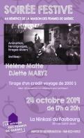 Affiche sur fond mauve. Photo noir et blanc d'une prestation sur scène lors d'une soirée passée. Dessin de divers symboles en filigrane. Logo : petite maison violet.
