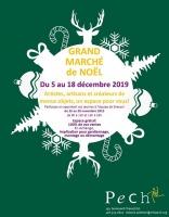 Affiche sur fond vert forêt : boule blanche de Noël dont jaillit des formes blanches diverses : sapins, rennes, flocons de neige, cannes à sucre, cadeaux.