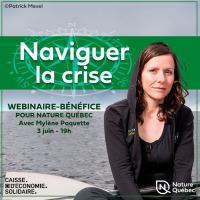 Affichette carrée sur fond d'une photo de Mylène, portant un gilet à capuchon noir, devant la mer. Logo : Caisse d'économie solidaire Desjardins.