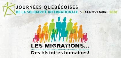 Bannière sur fond blanc-gris avec des zones comme des nuages légèrement plus foncées.  Une foule de personnes en ombres de couleurs vives comme orange, vert, bleu, etc. « Les migrations ... Des histoires humaines ! ».